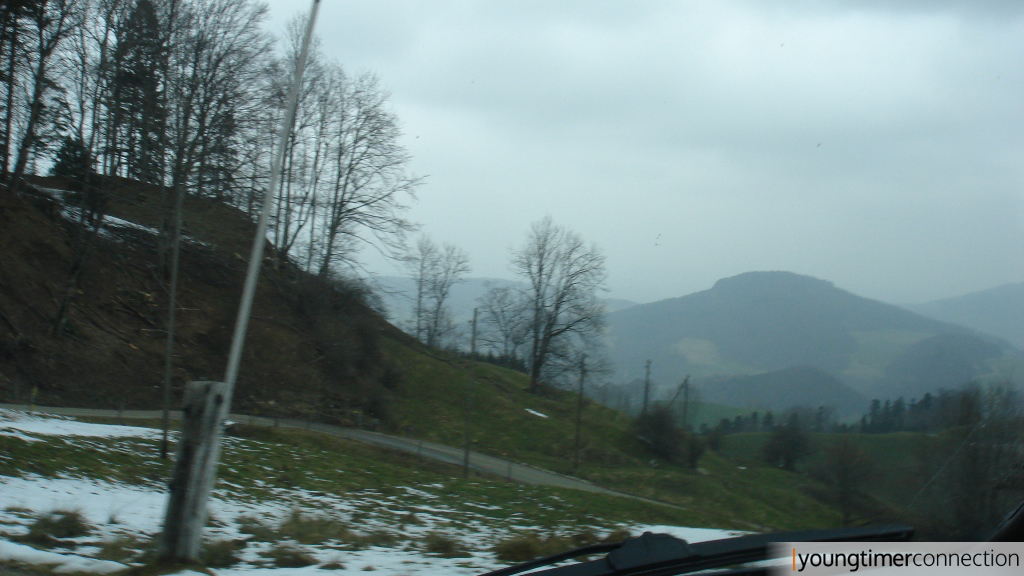 \'Durchfahrt erschwert\' | Nach Umfahren des Schneewalls wurde bald klar: Mit Sommerreifen ist dieser Abschnitt abenteuerlich.